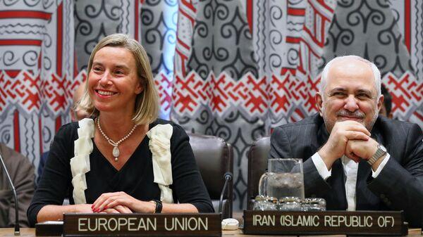 Федерика Могерини и Мухаммад Джавад Зариф во время министерской встречи пятерки и Ирана по СВПД в рамках 74-й сессии Генеральной Ассамблеи ООН