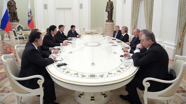 Президент РФ Владимир Путин и председатель постоянного комитета Всекитайского собрания народных представителей Ли Чжаньшу во время встречи