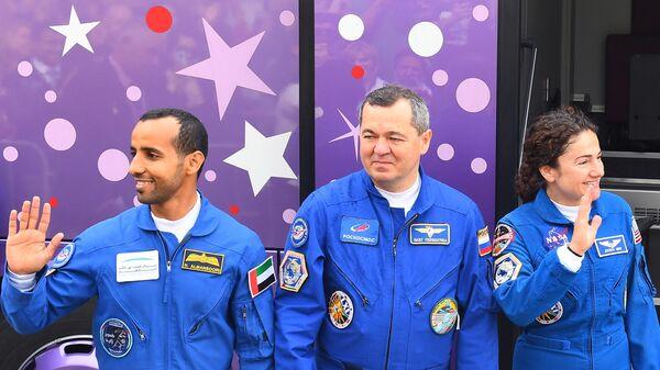 Члены основного экипажа МКС-61/62: астронавт Хаззаа Аль Мансури (ОАЭ),  космонавт Роскосмоса Олег Скрипочка (Россия), астронавт NASA Джессика Меир (США) перед стартом ракеты-носителя Союз-ФГ с пилотируемым кораблем Союз МС-15 на космодроме Байконур