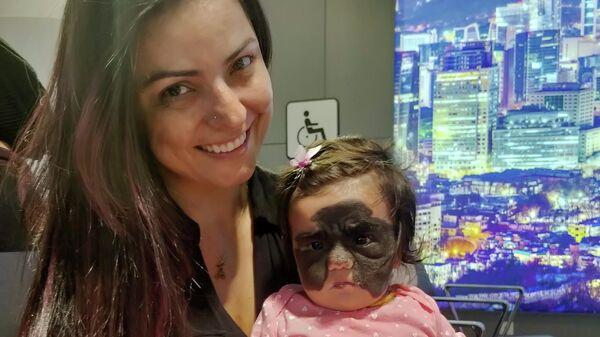 Кэрол Феннер с дочерью Луной в аэропорту Шереметьево