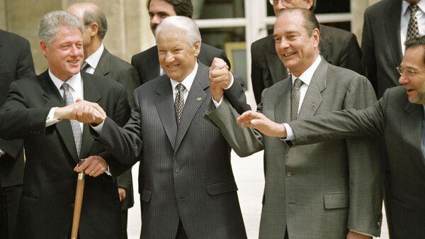 Слева направо: президент США Билл Клинтон, президент РФ Борис Ельцин, президент Франции Жак Ширак после подписания Основополагающего акта Россия-Нато