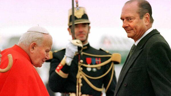 Президент Франции Жак Ширак приветствует Папу Иоанна Павла II. 19 сентября 1996 года