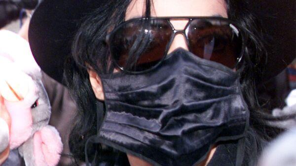 Майкл Джексон в черной маске на пресс-конференции в Мюнхене. 9 июня 1999