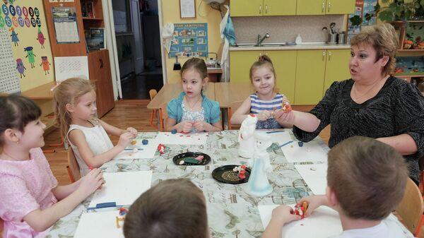 Дети с воспитателем в детском саду