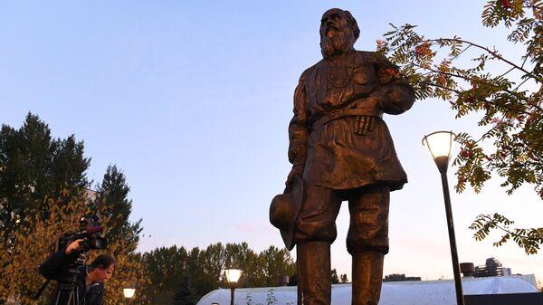 Памятник писателю Льву Толстому на территории МГИМО МИД России