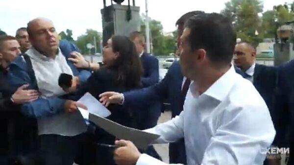Журналист пытается задать вопрос президенту Украины Владимиру Зеленскому
