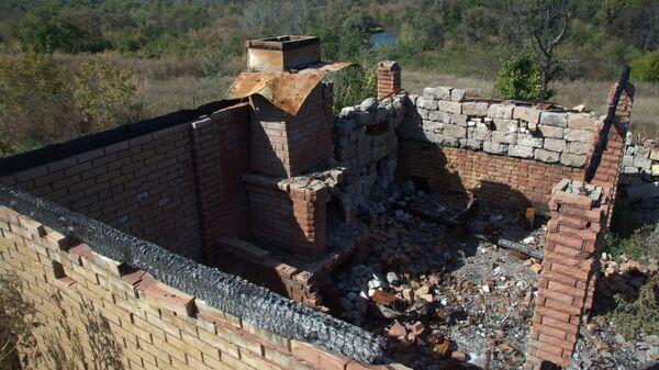 Разрушенный дом в поселке Сокольники на линии соприкосновения в Луганской области
