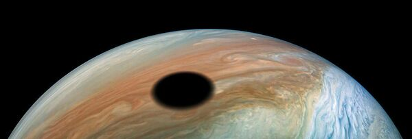 Спутник Ио отбрасывает свою тень на Юпитер