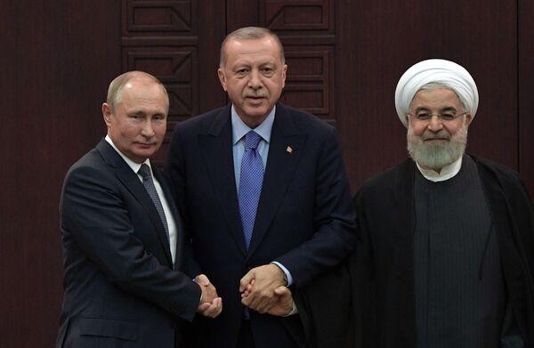 Президент РФ Владимир Путин, президент Турции Реджеп Тайип Эрдоган и президент Ирана Хасан Рухани на совместной пресс-конференции по итогам V встречи глав государств - гарантов Астанинского процесса содействия сирийскому урегулированию