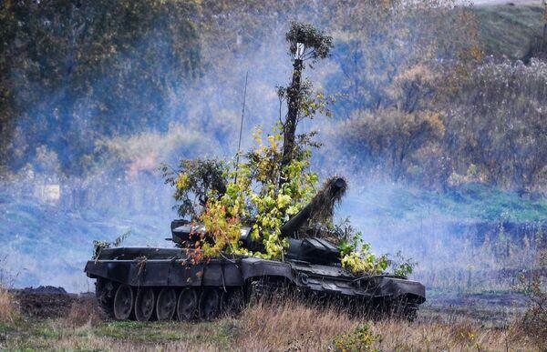 Танк Т-72Б3 на полигоне Юргинский в Кемеровской области во время стратегических командно-штабных учений Центр-2019