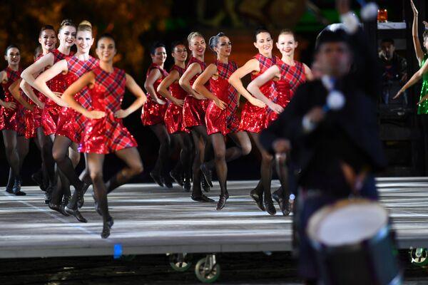 Международная команда кельтских танцев выступает на церемонии закрытия фестиваля Спасская башня на Красной Площади в Москве