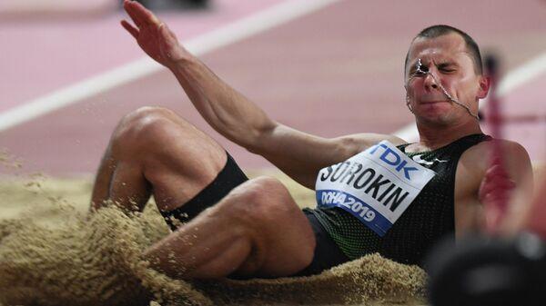 Российский спортсмен Дмитрий Сорокин в квалификационных соревнованиях по тройному прыжку среди мужчин на чемпионате мира по легкой атлетике 2019 в Дохе.