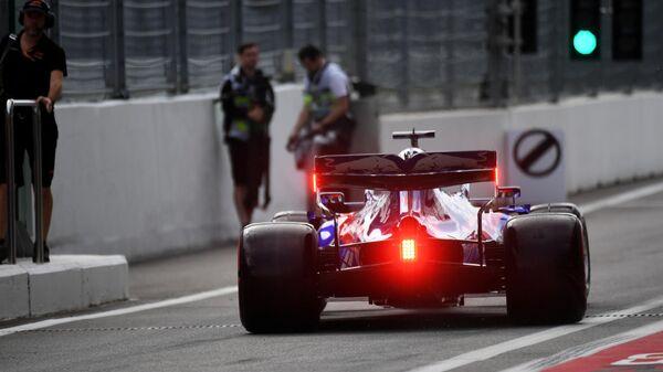 Пилот команды Торо Россо Даниил Квят принимает участие в третьей сессии свободных заездов 16-го этапа чемпионата мира по кольцевым автогонкам в классе Формула-1 ВТБ Гран-при России 2019 на трассе Сочи Автодром.