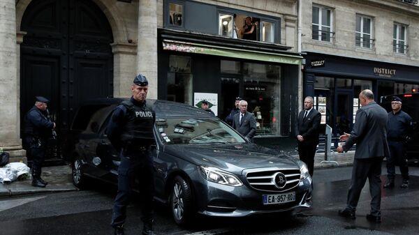 Катафалк с гробом покойного президента Франции Жака Ширака перед Hotel des Invalides в Париже
