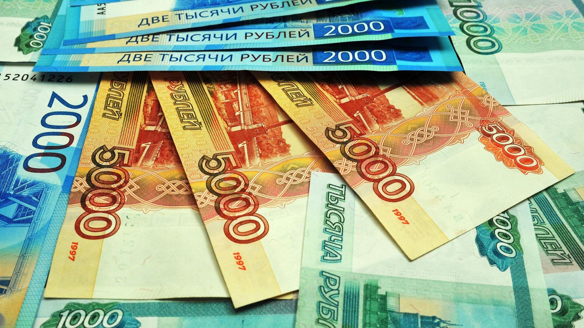 Банкноты номиналом 1000, 2000 и 5000 рублей - РИА Новости, 1920, 01.03.2021