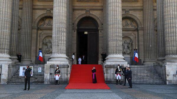 Перед началом траурной церемонии прощания с бывшим президентом Франции Жаком Шираком у церкви Сен-Сюльпис