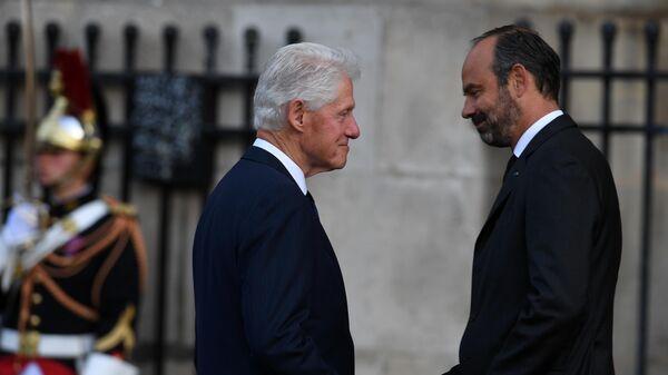 Экс президент США Билл Клинтон и премьер-министр Франции Эдуар Филипп перед началом траурной церемонии прощания с бывшим президентом Франции Жаком Шираком у церкви Сен-Сюльпис