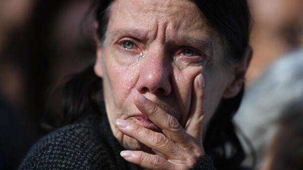 Женщина у церкви Сен-Сюльпис, где проходит траурная церемония прощания с бывшим президентом Франции Жаком Шираком