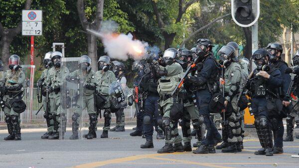 Полиция полиция выстреливает слезоточивый газ по протестующим в Шатине, Гонконг. 1 октября 2019