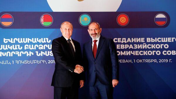 Президент РФ Владимир Путин и премьер-министр Армении Никол Пашинян во время встречи у Государственной резиденции в Ереване перед заседанием ЕАЭС