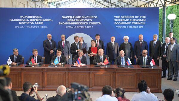 Президент РФ Владимир Путин на церемонии подписания Соглашения о зоне свободной торговли между Евразийским экономическим союзом и Республикой Сингапур. 1 октября 2019