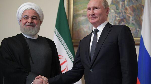 Президент РФ Владимир Путин и президент Исламской Республики Иран Хасан Роухани во время встречи в рамках саммита ЕАЭС