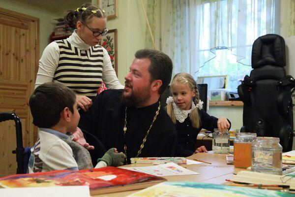 Священник Феодосий Амбарцумов в Центре приемных семей Умиление