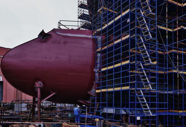"""Сборка на стапеле второго большого морозильного траулера проекта СТ-192 на АО """"Адмиралтейские верфи"""" в Санкт-Петербурге."""
