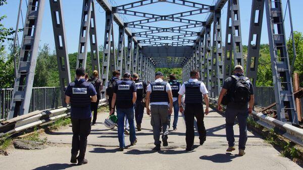 Представители ОБСЕ в районе пропускного пункта Станица Луганская