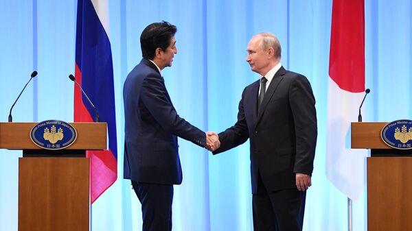 Президент РФ Владимир Путин и премьер-министр Японии Синдзо Абэ на совместной пресс-конференции по итогам встречи в Осаке. 29 июня 2019