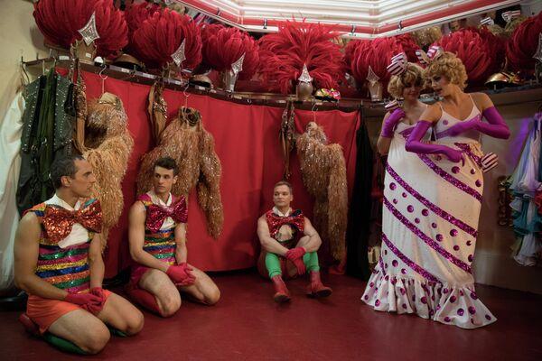 Танцоры за кулисами в Мулен Руж в Париже, Франция