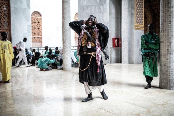 Последователь Baye Fall поет на выходе из мечети