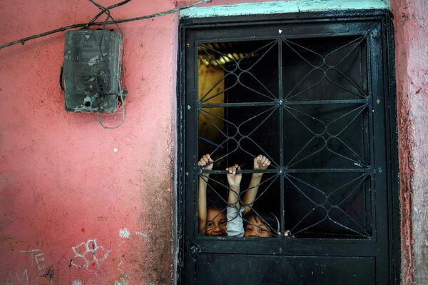 Дети играют в трущобах Петаре в Каракасе, Венесуэла