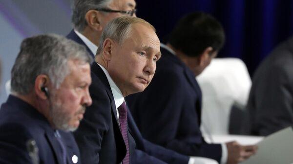 Президент РФ Владимир Путин во время пленарной сессии XVI заседания Международного дискуссионного клуба Валдай