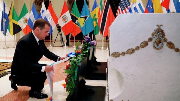 Председатель правительства России Дмитрий Медведев на церемонии возложения венка к Могиле Неизвестного борца за независимость Кубы. 3 октября 2019