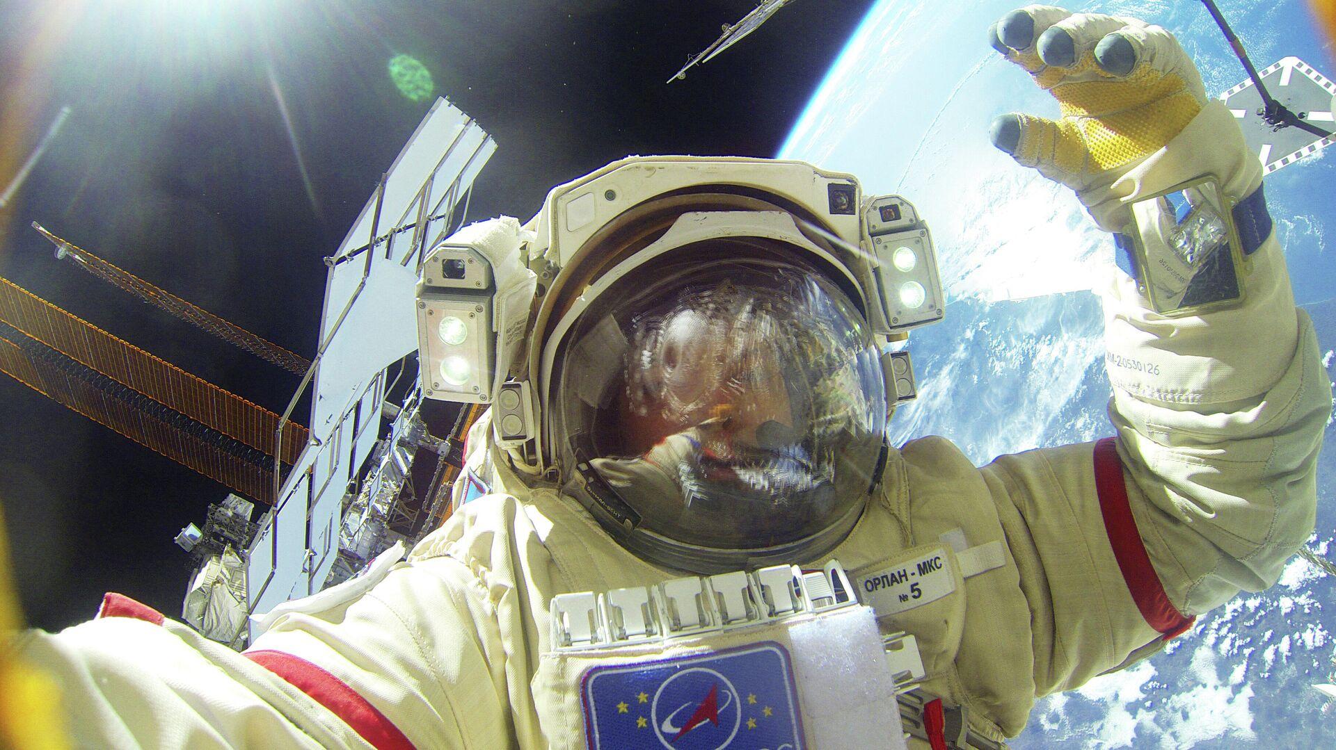 Российский космонавт отремонтировал скафандр на МКС