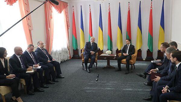 Александр Лукашенко и Владимир Зеленский во время встречи в Житомире