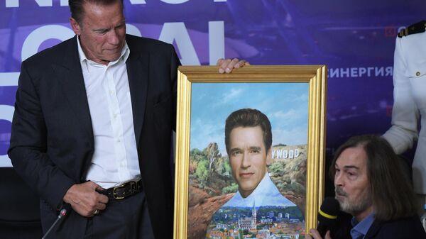 Голливудский актер, экс-губернатор Калифорнии Арнольд Шварценеггер получает в подарок свой портрет от художника Никаса Сафронова
