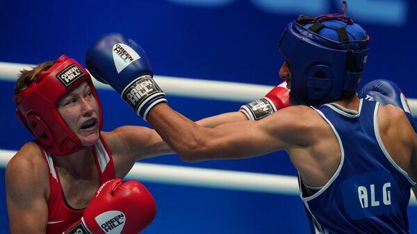 Слева направо: Наталья Шадрина (Россия) и Имане Хелиф (Алжир) в предварительном поединке в весовой категории до  60 кг на чемпионате мира по боксу AIBA среди женщин в Улан-Удэ.