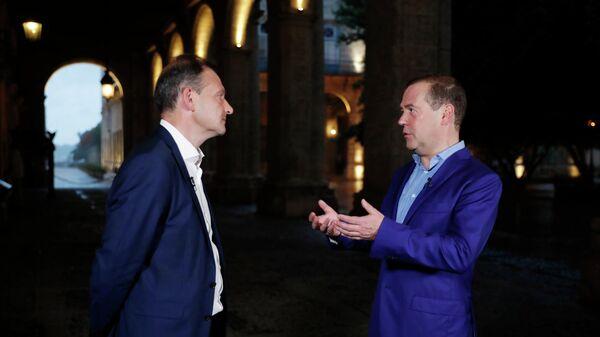 Председатель правительства РФ Дмитрий Медведев во время интервью телеведущему ВГТРК программы Вести в субботу Сергею Брилеву телеканала Россия 1 в ходе визита на Кубу в Гаван