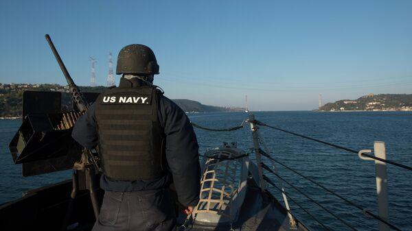 Американский моряк на борту эскадренного миноносца Росс в проливе Босфор
