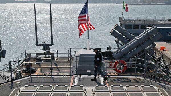Солдат морской пехоты США на палубе военного корабля USS Vicksburg в черноморском порту Констанца в Румынии