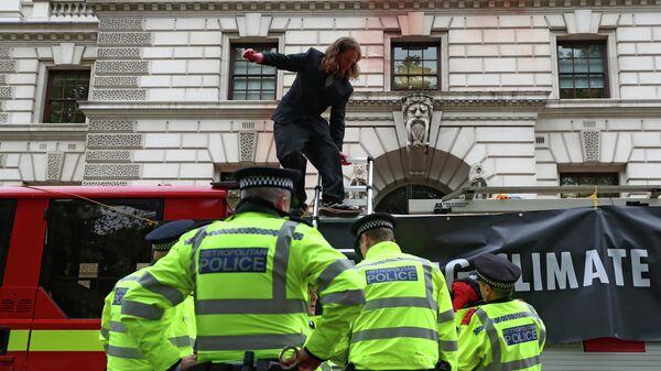 Акция протеста движения Extinction Rebellion у здания Казначейства в Лондоне
