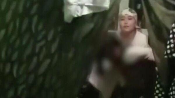 Скриншот видео с рыдающей девочкой, которую, предположительно, хотят выдать замуж