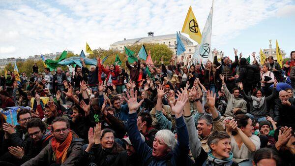 Cторонники экологического движения Extinction Rebellion проводят акцию в защиту климата в Париже