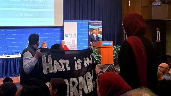 В США в Джорджтаунском университете протестующие сорвали выступление исполняющего обязанности министра внутренней безопасности США Кевина Макалинана по иммиграционной политике.