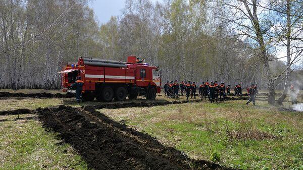 Сотрудники пожарной охраны