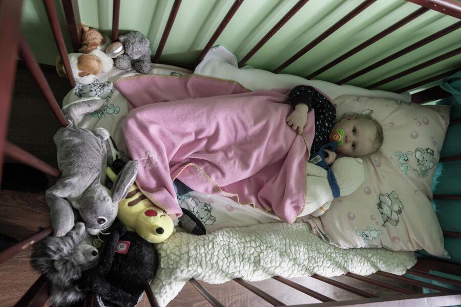 Наташа в своей кроватке