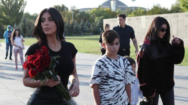 Американская модель, актриса Ким Кардашьян на территории мемориального комплекса Цицернакаберд, посвящённого жертвам геноцида армян 1915 года, в Ереване