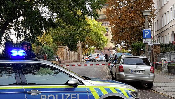 Сотрудники полиции на месте стрельбы в городе Галле, Германия. 9 октября 2019